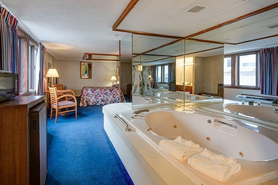 Jacuzzi suite at Sidney James Mountain Lodge